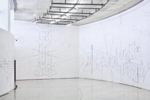 Keita Mori, Bug report (Ritournelle), 2018, fil de coton et fil de soie, fil métallique sur mur. Vue de l'exposition «(MO)TION», ACAC: Aomori Contemporary Art Centre, Aomori (JP). Photo. Masanori Matsuda © Aomori Contemporary Art Centre