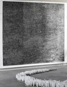 François Réau, Mesurer le temps 1,61-II, 2018, mine de plomb sur papier, 250 x 260 cm, Campus stellae, 2018, cierges en cire blanche dimensions variables, Musée de l'Hospice Saint-Roch, Issoudun, France