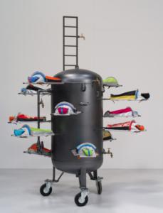 LUCY + JORGE ORTA, LIFE RAFT / BALISE DE VIE, 2015, Acier peint, réservoir, bivouacs, échelle, robinets en laiton, 200 x 290 cm ©LUCY + JORGE ORTA