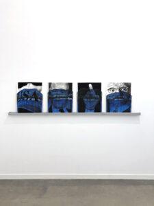 Valentin van der Meulen, Deep Blue, 2018, fusain, pierre noire, encre, papier buvard, gouttière plastique, 75 x 220 x 10 cm, vue de l'exposition Envisioning America à la galerie Hengevoss Dürkop, en 2019