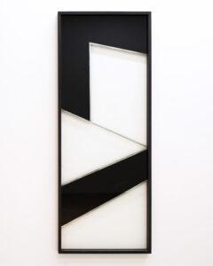 Pia Rondé & Fabien Saleil, Cité Fantôme #6, 2017. Argenture de miroir et peinture sur verre, médium noir, 160 x 60 cm. ©Galerie Valeria Cetraro