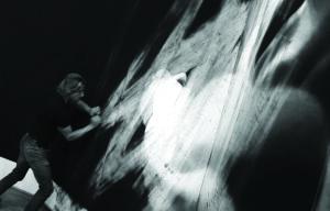 """Valentin van der Meulen, Untitled, 2013. Vue de l'une des performances d'effacement du dessin lors de l'exposition """"Les Nouvelles Folies Françaises"""", Musée Archéologique et Domaine National de Saint-Germain en Laye en 2013"""