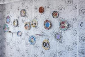 Le dessin avant tout, vue d'installation, dessins techniques mixtes sur papier, assiettes en faïence émaillée grand feu sur papier peint sérigraphié, dimensions variables, 2020
