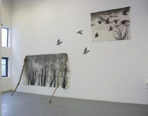 Odonchimeg Davaadorj, installation de dessin, La forêt qui s'effondre, encre de chine sur tissu, 600cm x 200cm et 380cm x 180cm, 2016
