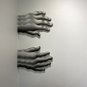 Chloé Poizat, LAMBEAUX (série), Sans titre (mains), 2020, fusain sur papier métal, 39 x 27 cm environ chaque détail, vue exposition la nuit ça claque des ailes