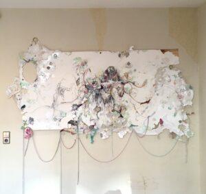 Vanina Langer, Les trois Grâces, 2021, crayons, stylos, fusain, collage, papier peint, plumes, perles, peaux, anneaux et fils de laine, papier marouflé sur toile,