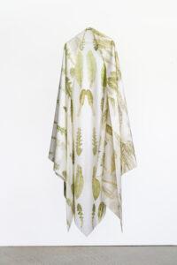Raffaella della Olga, Malherbes, 2021. Tapuscrit sur tissu avec des feuilles de pissenlit, picride fausse vipérine, oseille commune
