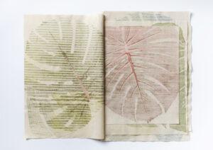 Raffaella della Olga, MeMonstera, 2020. Tapuscrit sur tissu avec des feuilles de Monstera Deliciosa