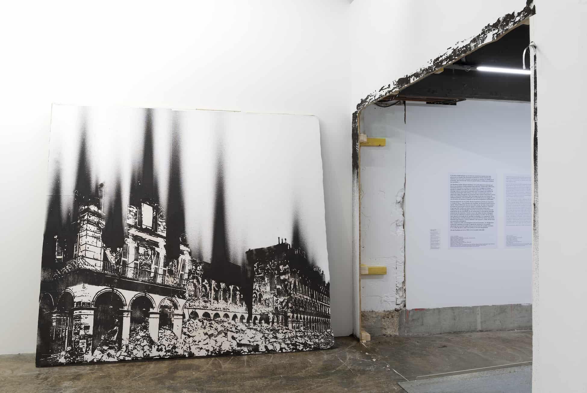 Ministère des finances, 1871, poudre d'acier aimantée, dessin mural, 300x300cm, 2020. Vue de l'exposition L'Huile et l'Eau, Palais de Tokyo, Paris, 2020. ©MarcDomage