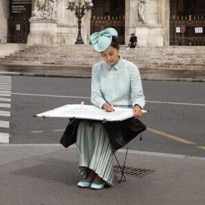 Christelle Téa dessinant à l'Opéra de Paris. © Photographie de Fabrice Le Dantec